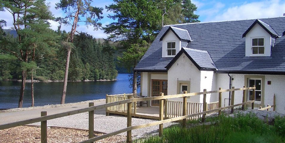 Stunning Waterside Cottage - Stronachlachar