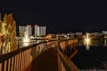 Mojo's backyard is literally a private  dune lake.  A private walking bridge to the beach is exactly three steps from Mojo's side door.   A very rare amenity in Destin that is available only to community members and their guests.