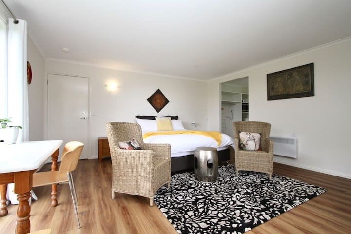 CASINO ROYALE | KING BED | OCEAN VIEW | FREE WIFI