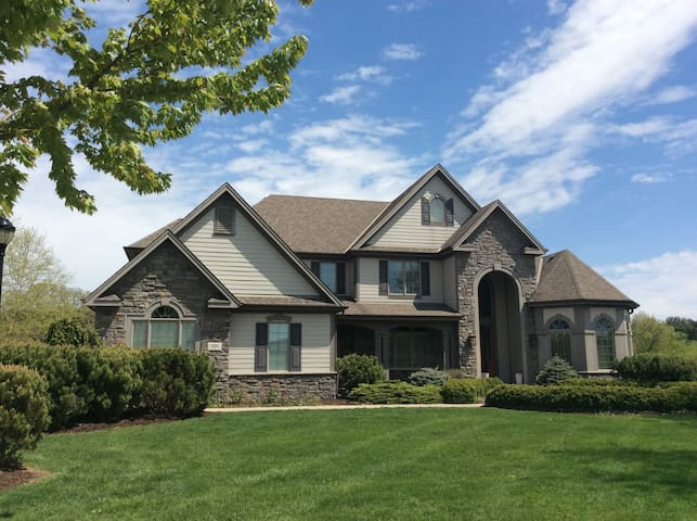 Spacious Home 12mi to Erin Hills Golf Course!
