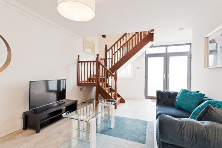Bright, stylish, modern 2 bed mews apartment