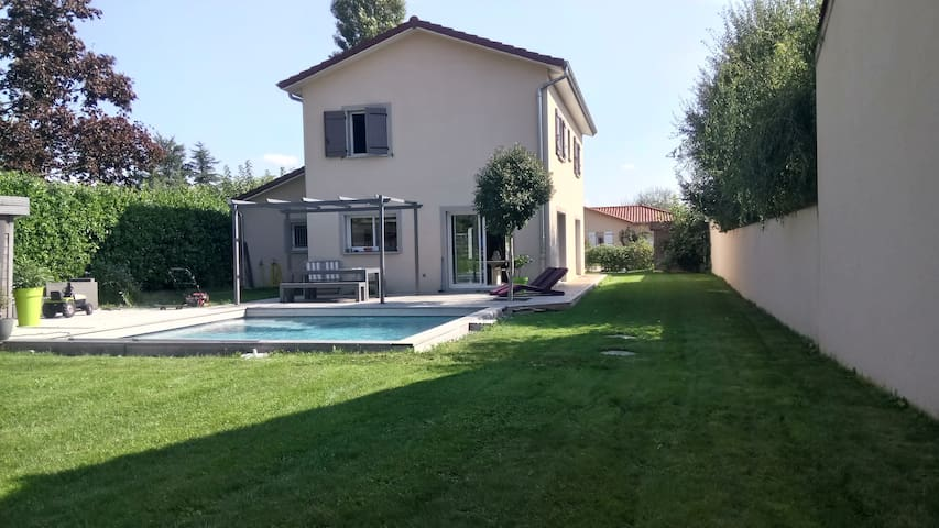 Grande villa moderne avec piscine et grand jardin