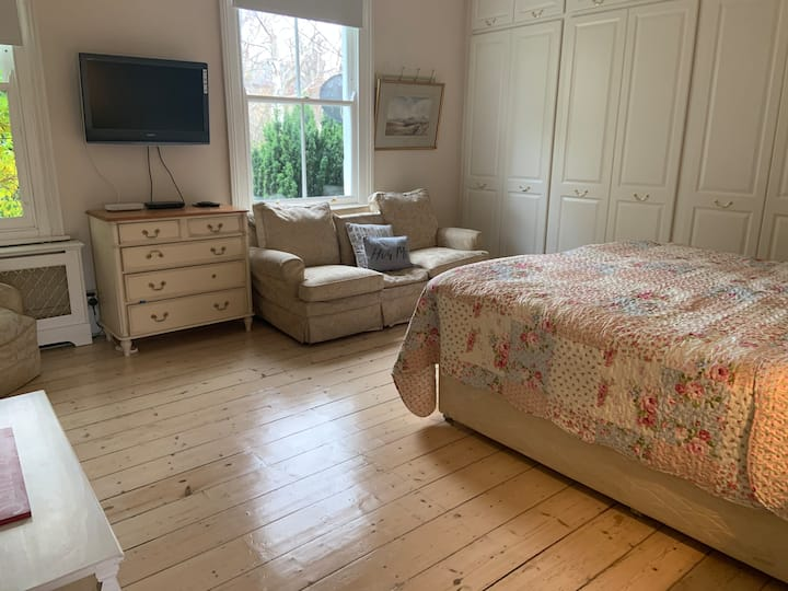 Charming 1 bed studio with luxury bath in Putney