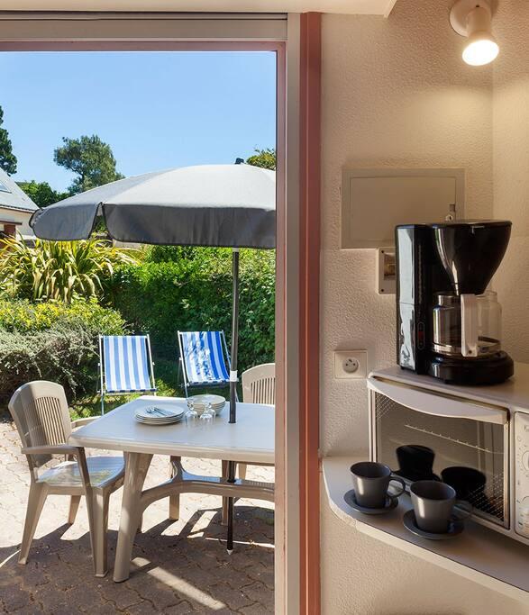 cuisine donnant sur le salon de jardin et les transats.