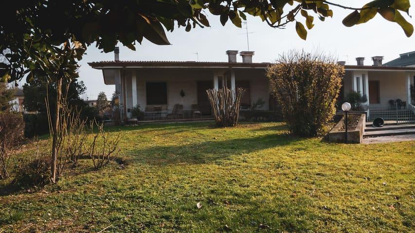 Villa bifamiliare a Marmirolo