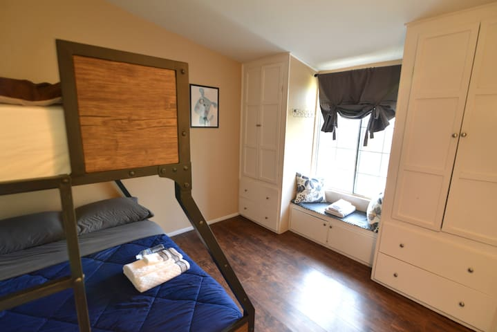 .CUTE & CLEAN ROOM Sleeps 3, close to Disneyland.