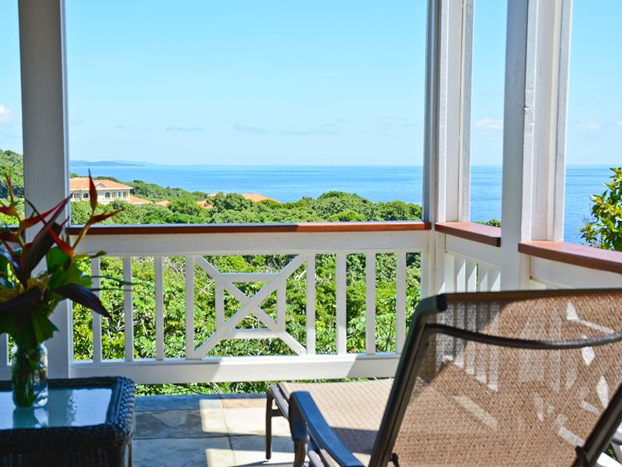 Gecko Loco overlooks both the South and North shores of Roatan`s stunning coastline.