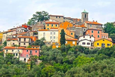 Giucano, Borgo del Campanile - Giucano - Dom