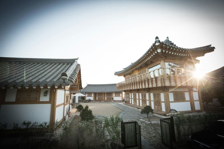 "Gyeongju Hanok Guest House ""Syeobul"""