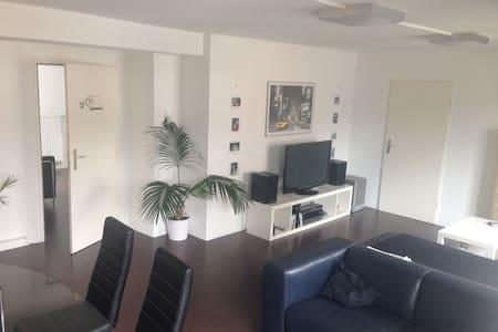 20 m2 Zimmer + 35 m2 Wohnzimmer - Neu-Ulm