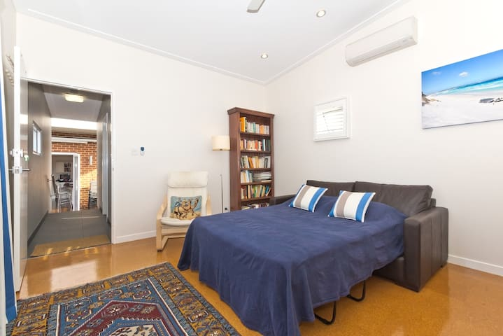 Inner City Detached Sunny House - Mt Hawthorn - Bed & Breakfast