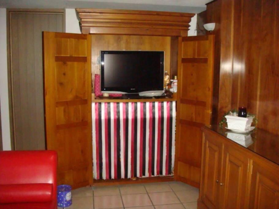 La TV en el gabinete, al cerrarse la puertas queda oculta