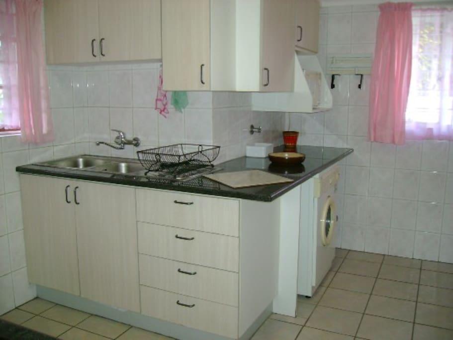 sink area in kitchen