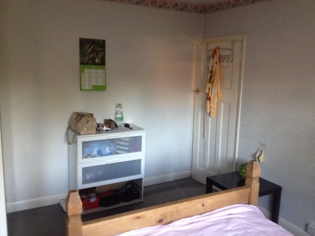 A cosy room for 2 or 1 (price neg) - Worcester Park