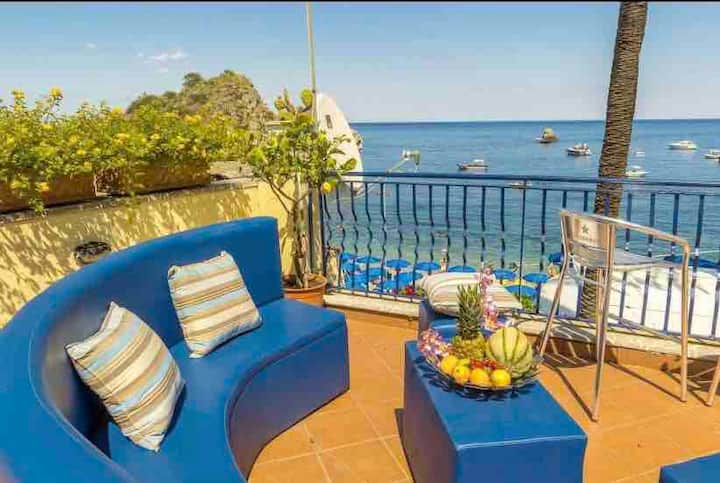 Seafront Apartment Taormina with private JACUZZI