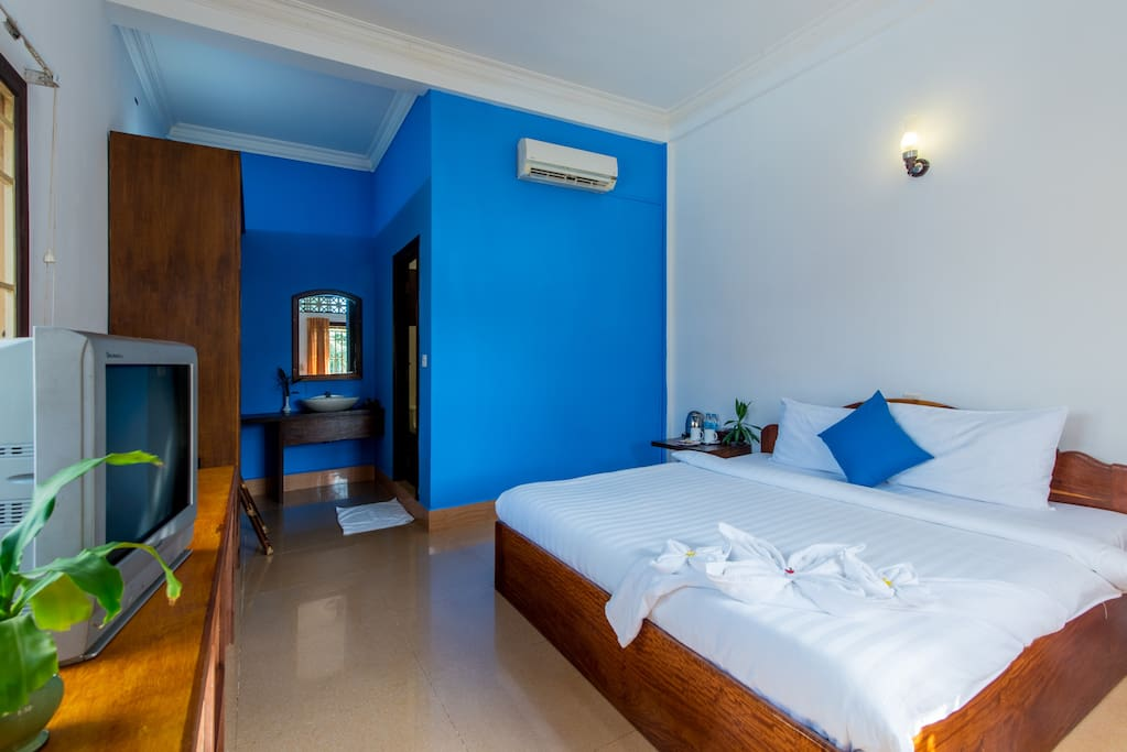 Our well appointed Superior Double Rooms come with a Queen Size bed, comfortable mattress and nice fluffy pillows and fresh linen, providing a comfortable haven to relax after a day out exploring what Siem Reap has to offer.  All our rooms have air-conditioning and a ceiling fan , great sized bathrooms with hot showers quality towels and toiletries  To ensure your valuables are kept secure we include an in-room safe, also included is cable television with international channels and free high speed wi-fi throughout eOcambo Village.
