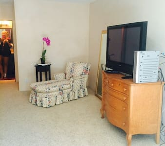 Secluded LARGE Upstairs Studio - Montecito - House