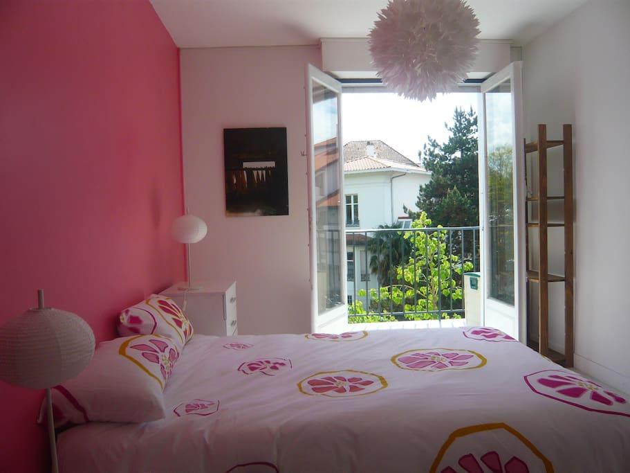 Une chambre avec lit en 140, orientée sud, ensoleillée toute la journée. Accès direct au balcon de l'appartement.