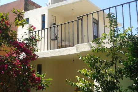 Casa Quetzal: Cozy upstairs room - Hus