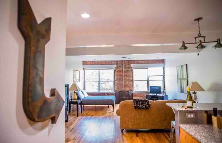 Cozy DT Studio in Deep Deuce- Walk from Bricktown