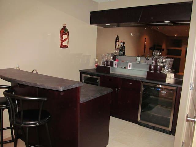 Quiet Getaway... Modern 2brdm House - Edmonton - Casa