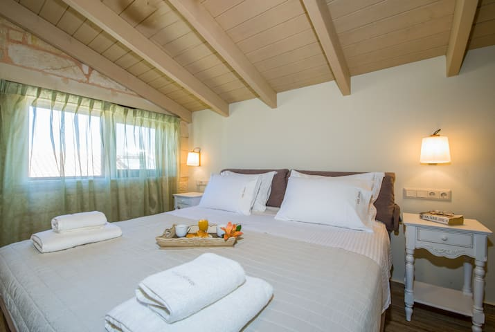 Attic : Bedroom with 2 single beds can be attached to create one king size bed