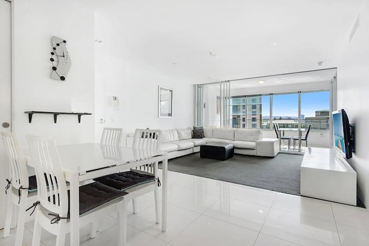 Luxe Q 2 Bed Apartment in Surfers Paradise