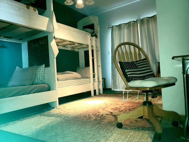 Hostel: Hip House Bunk3UP 2mi I-25 Farm Stay!
