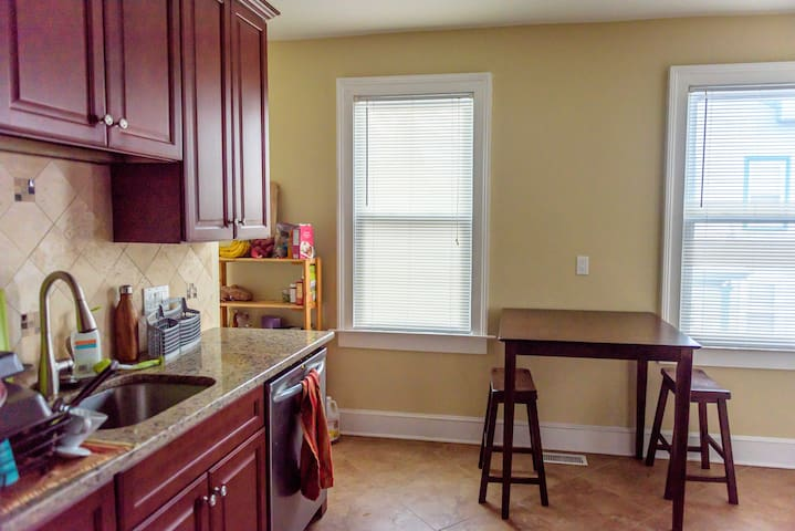 Beautiful Renovated Sunny 2br East Rock Apt