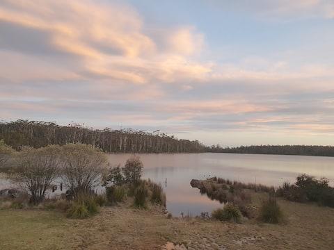 Cosy lakeside cabin - panoramic views