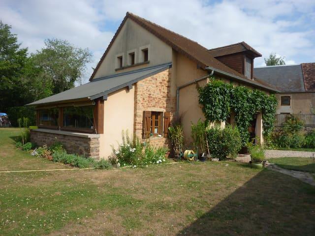 Petite maison dans village typique - Thoste