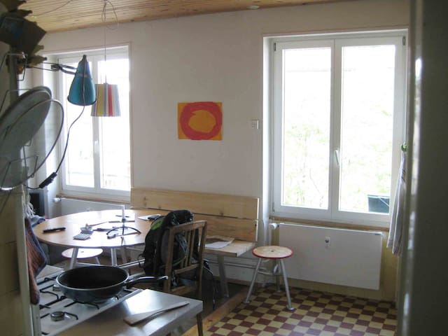 kreativ, lauschig gelebte Wohnung - Basileia - Apartamento