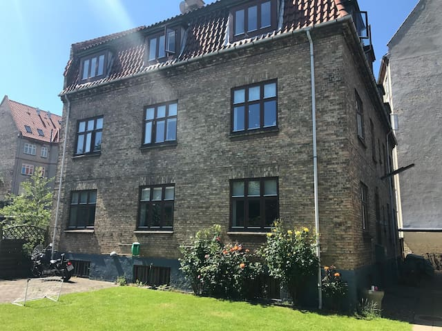 Charming & bright flat in quiet area close to city