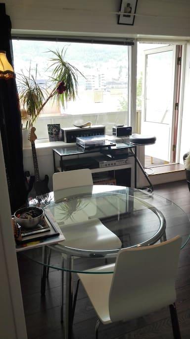 Spisebord i stuen og utsikten fra stuen