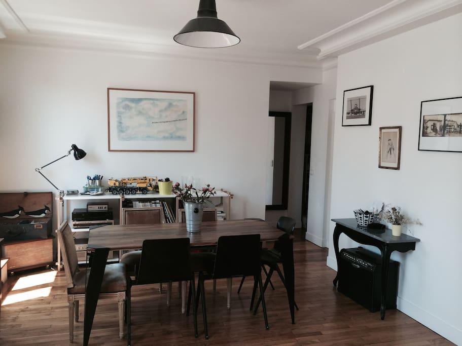 """coin """"salle à manger"""" avec une jolie table en acier et bois"""