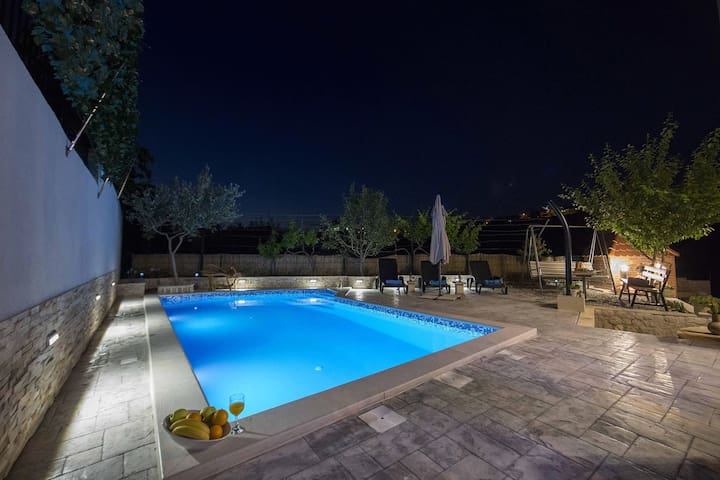 Apartments Granić with Heated Pool+PLAYING ROOM