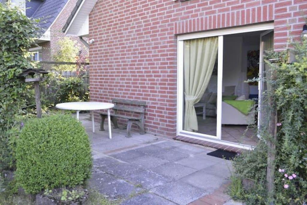 Eingang/Terrasse (Terrassenmöbel u. Grill werden zur Verfügung gestellt). Freier Zugang über Schlüsselsafe