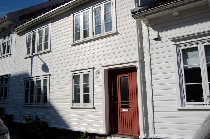 Koselig hus i Posebyen med bakgård - Kristiansand - Hus