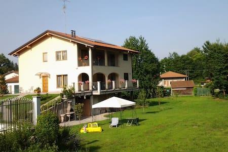 """Lago Maggiore """"la casa del bosco"""" a 2 km da Arona. - Villa"""