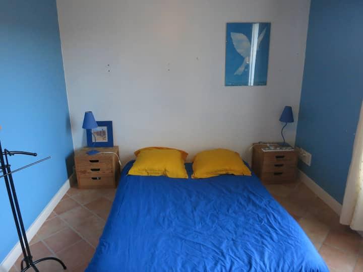 Chambre bleue dans une maison calme avec jardin