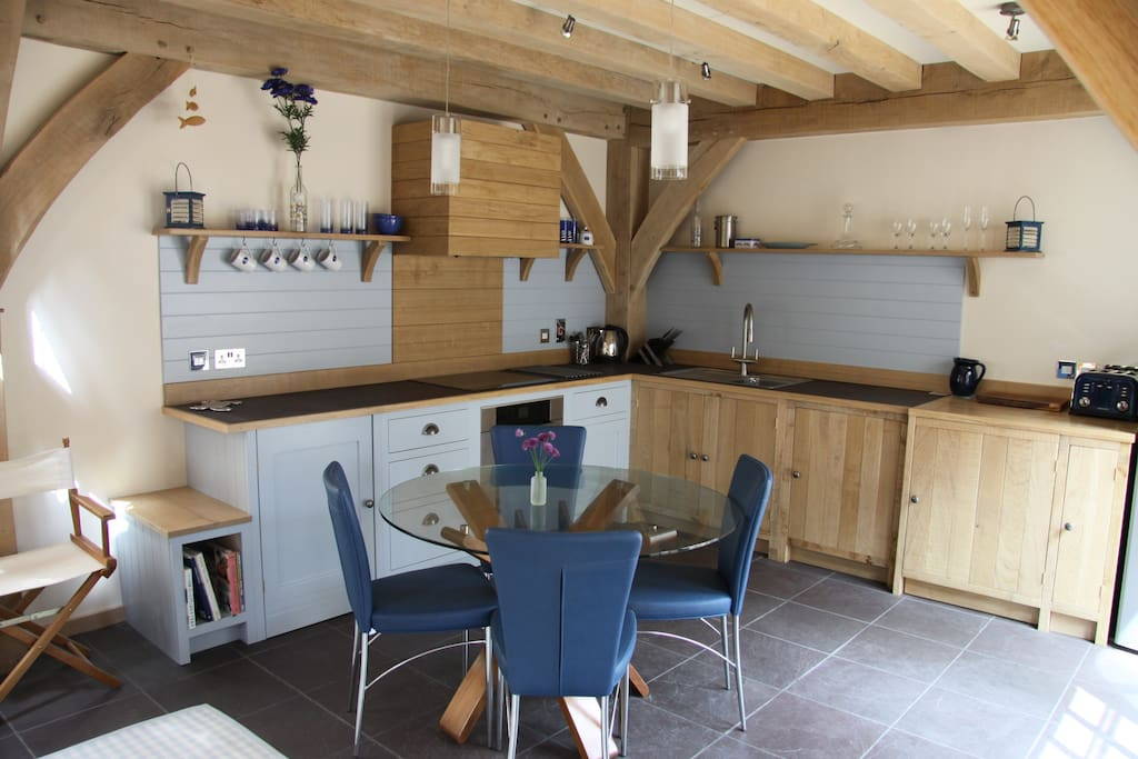 Fully equipped kitchen with dishwasher and washer dryer
