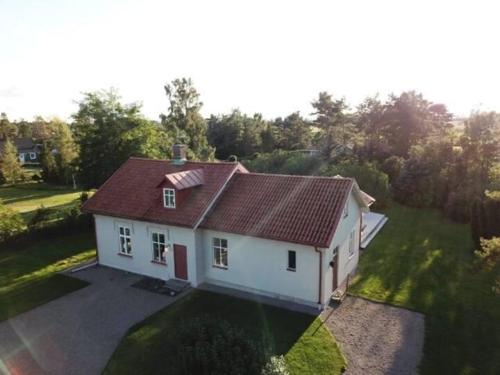 Mysigt stationshus utanför Åhus