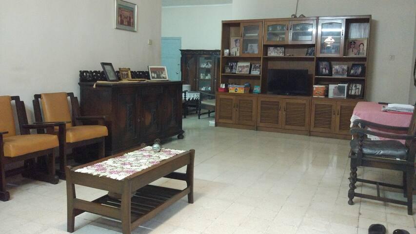 Ruang tamu yang luas dan nyaman