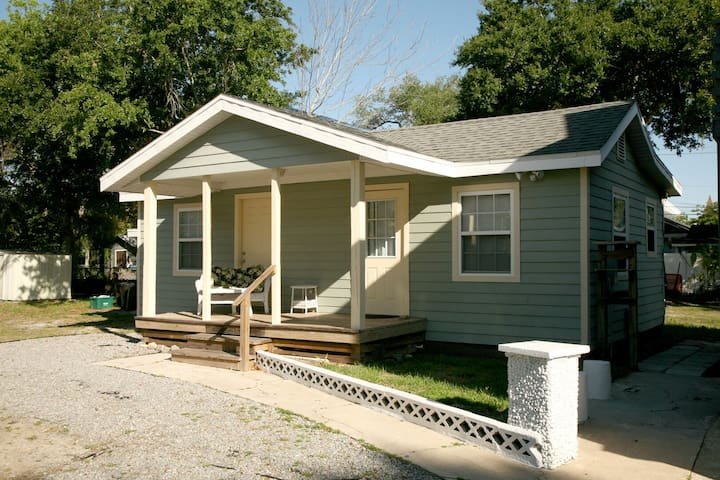 """Birdie's Place"" Adorable Guest Cottage Downtown New Smyrna Beach"