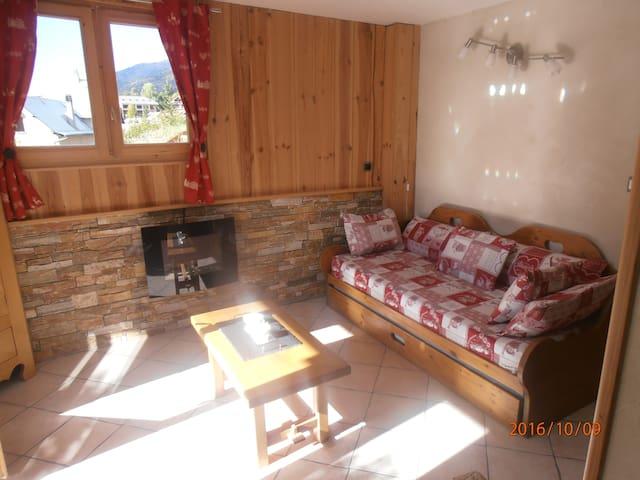 Bel appartement avec jardin dans chalet - Briançon - บ้าน