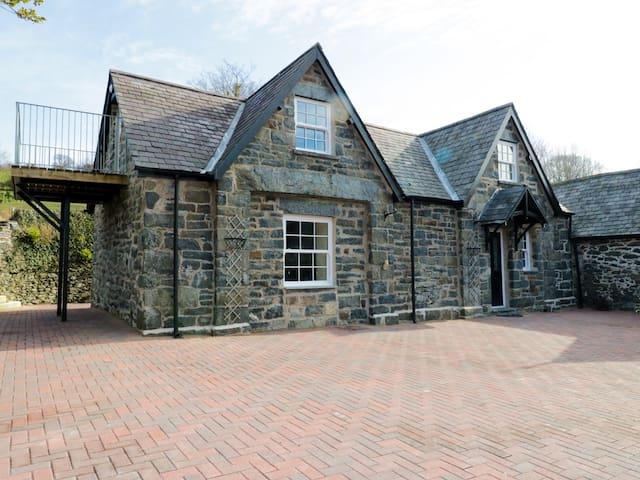 THE COACH HOUSE, character holiday cottage in Llanrwst, Ref 960680
