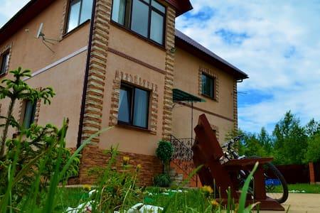 Дом с футбольным полем и бассейном - Мышецкое - บ้าน