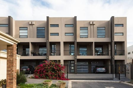Chic Adelaide Apartment, Sleeps 13 - Brompton - Hus