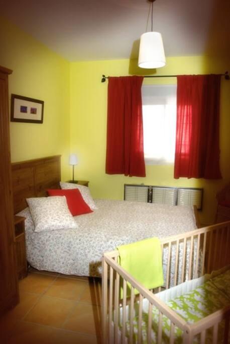 Dormitorio completo con cuna