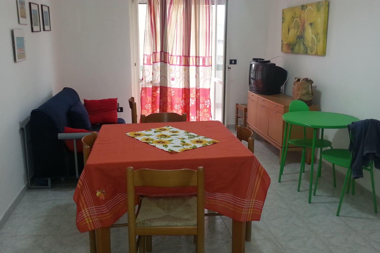 Sala da pranzo con divano/letto e tv